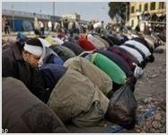 Египетские христиане защищают собой молящихся мусульман
