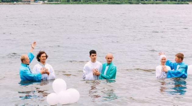 Пастора наказали за крещение